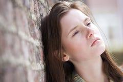 Junge Frau, die draußen denkt stockfotos