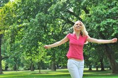 Junge Frau, die draußen genießt Lizenzfreie Stockfotografie