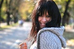 Junge Frau, die draußen lächelt Lizenzfreies Stockfoto