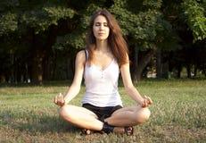 Junge Frau, die draußen Meditation tut Lizenzfreie Stockbilder
