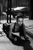 Junge Frau, die draußen Planke tut stockfoto