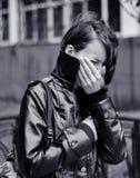 Junge Frau, die draußen schreit Stockfotografie