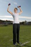 Junge Frau, die draußen trainiert Stockbild