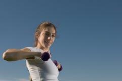 Junge Frau, die draußen trainiert Lizenzfreie Stockbilder