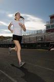 Junge Frau, die draußen trainiert Lizenzfreie Stockfotografie