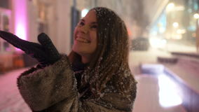 Junge Frau, die draußen Wintertag genießt stock footage