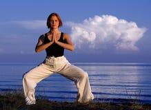 Junge Frau, die draußen Yoga tut Lizenzfreie Stockfotos