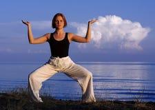 Junge Frau, die draußen Yoga tut Lizenzfreies Stockbild