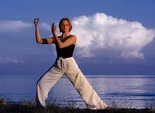 Junge Frau, die draußen Yoga tut Lizenzfreie Stockfotografie