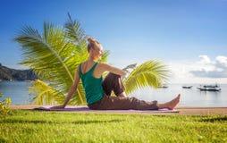 Junge Frau, die draußen Yoga tut Gesunder Lebensstil, Meditation, stockfotos