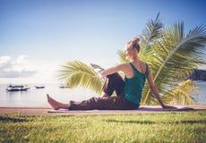 Junge Frau, die draußen Yoga tut Gesunder Lebensstil, Meditation, lizenzfreie stockbilder