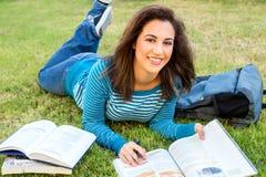 Junge Frau, die draußen studiert Stockfotos