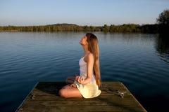 Junge Frau, die draußen Yogaübung tut Stockbilder