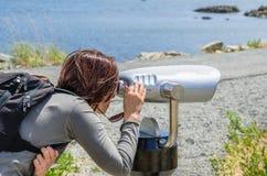 Junge Frau, die durch Binokel schaut Lizenzfreies Stockfoto