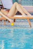 Junge Frau durch das Pool Stockfoto