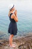 Junge Frau, die durch die Küste in Kroatien sich entspannt Lizenzfreie Stockbilder