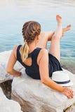 Junge Frau, die durch die Küste in Kroatien sich entspannt Stockfotografie