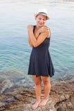 Junge Frau, die durch die Küste in Kroatien sich entspannt Stockfoto