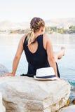 Junge Frau, die durch die Küste in Kroatien sich entspannt Lizenzfreie Stockfotografie