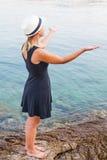 Junge Frau, die durch die Küste in Kroatien sich entspannt Lizenzfreies Stockbild