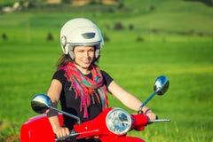 Junge Frau, die durch einen Roller reist lizenzfreie stockfotografie