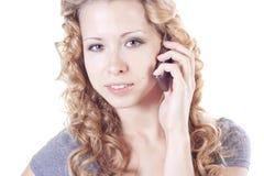 Junge Frau, die durch Mobile spricht Lizenzfreie Stockfotografie