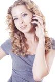 Junge Frau, die durch Mobile spricht Stockbild