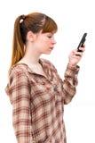 Junge Frau, die durch Telefon las lizenzfreie stockfotografie