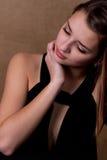 Junge Frau, die durchdacht anstarrt Lizenzfreie Stockbilder
