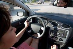 Junge Frau, die ein Auto antreibt stockbilder