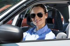 Junge Frau, die ein Auto antreibt Stockfotografie