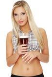 Junge Frau, die ein Bier anhält Lizenzfreie Stockfotografie
