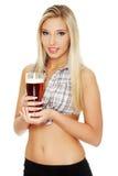 Junge Frau, die ein Bier anhält Stockfoto