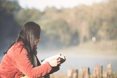 Junge Frau, die ein Buch im Naturpark mit Frische liest stockfotos
