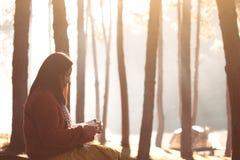 Junge Frau, die ein Buch im Naturpark mit Frische liest lizenzfreie stockfotos