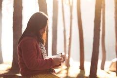 Junge Frau, die ein Buch im Naturpark mit Frische liest lizenzfreie stockbilder