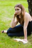 Junge Frau, die ein Buch liest. Stockfotografie