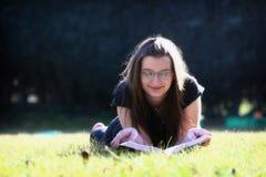 Junge Frau, die ein Buch liest lizenzfreie stockfotografie