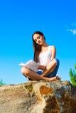 Junge Frau, die ein Buch liest Stockfotos