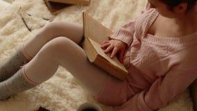 Junge Frau, die ein Buch liest und Kaffee trinkt stock video
