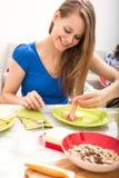 Junge Frau, die ein europäisches Frühstück zubereitet Stockfotografie