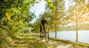 Junge Frau, die ein Fahrrad reitet Lizenzfreie Stockbilder