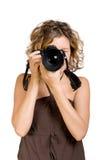 Junge Frau, die ein Foto mit einer Kamera nimmt Lizenzfreie Stockfotografie