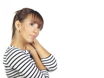 Junge Frau, die ein gestreiftes Hemd tragend aufwirft Stockfoto