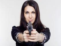 Junge Frau, die ein Gewehr hält Stockbild