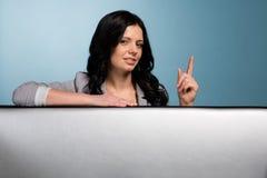 Junge Frau, die ein Handzeichen der Aufmerksamkeit zeigt lizenzfreie stockfotos