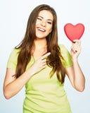 Junge Frau, die ein Herz in seiner Hand blinzelt und hält Stockbilder