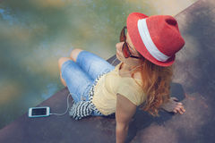 Junge Frau, die ein intelligentes Telefon verwendet Lizenzfreie Stockbilder