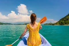 Junge Frau, die ein Kanu während Ferien in Flores-Insel, I schaufelt Stockfotos