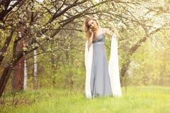 Junge Frau, die ein Kleid trägt Lizenzfreie Stockfotografie